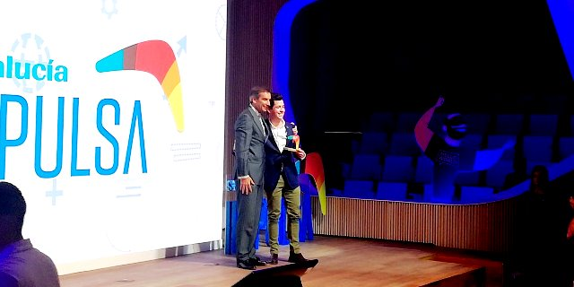 Jobin recogiendo el premio de SANTALUCÍA IMPULSA