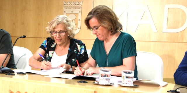 PSOE y Ahora Madrid firmando los Presupuestos que incluyen el regalo del abono para los ciudadanos que den de baja su coche