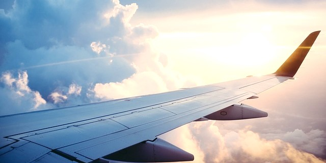 avión viajando en vacaciones de verano