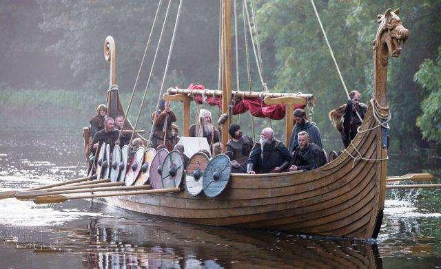 Ragnar y los suyos viajan en un barco vikingo (Serie: Vikingos).