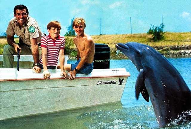 Los protagonistas de Flipper y el barco Thunderbird.