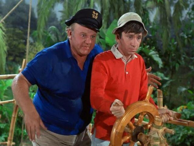 Gilligan pilota el S.S. Minnow en La isla de Gilligan.