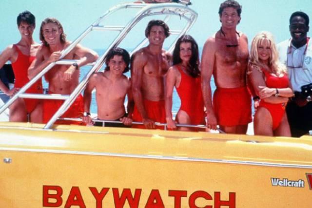 Los vigilantes de la playa en su lancha.