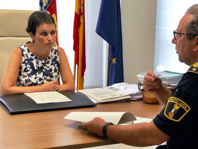 Alcaldesa de Almassora y policía (Foto: Ayuntamiento).