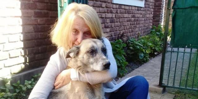 El perro Boy, junto a su propietaria Elizabeth Mac Lean.