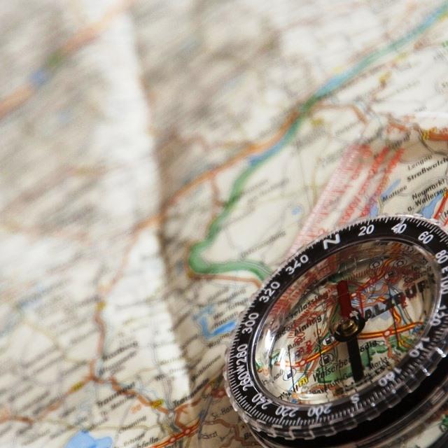 Brújula y mapa para navegar.