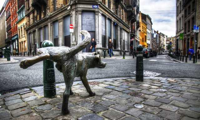 """Monumento del """"perro que mea"""" en Bruselas."""
