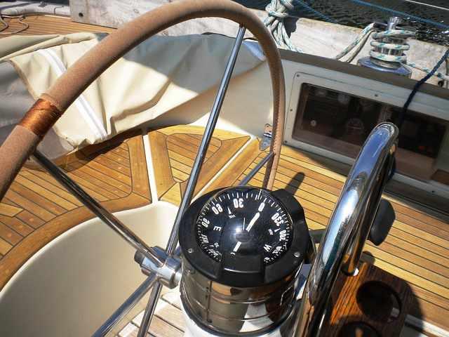Timón y compás de un barco-