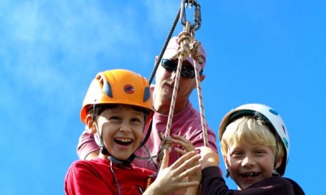 Tirolinas y escalada para niños