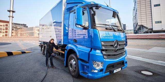 Los camiones eléctricos y autónomos como este Mercedes-Benz eActros serán una realidad en el horizonte de 2050