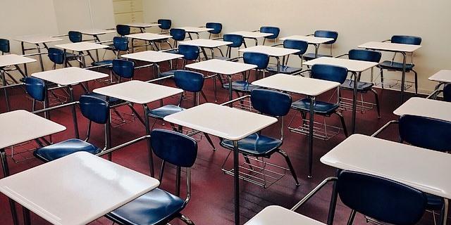 aula de estudiantes adolescentes que han aprendido sobre los riesgos y el seguro