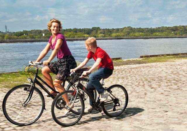 Cyril y Samantha en bicicleta en una escena de la película.