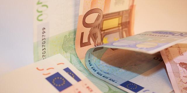 dinero en euros (billetes de 50, 20 y 200 euros)