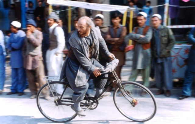 Nassim en bicicleta en El ciclista.