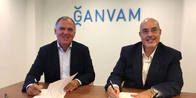 responsables de GANVAM y AEDIVE en la firma del acuerdo sobre talleres de coches eléctricos homologados
