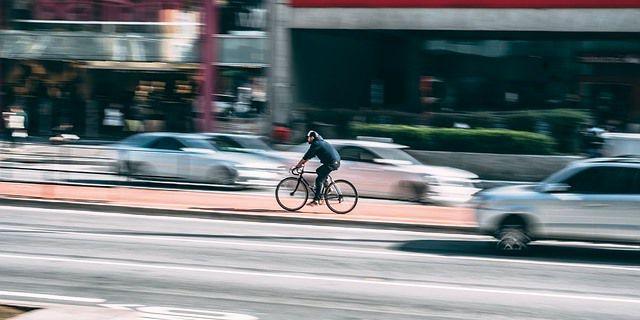 Una ciclista circula por el carril bici.