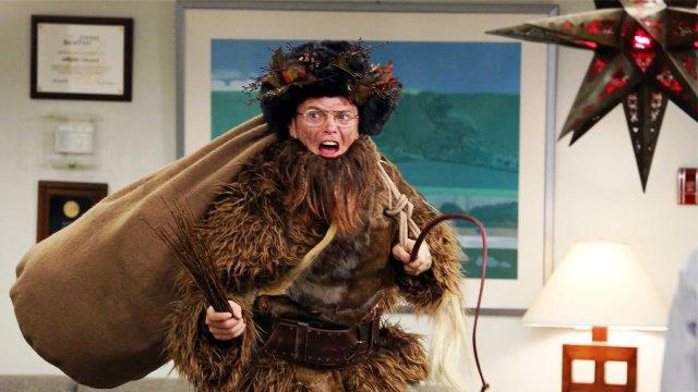 Dwight, disfrazado del personaje navideño de Belsnickel en The Office.