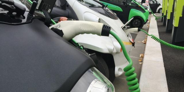 coche eléctrico cargando junto a otros vehículos