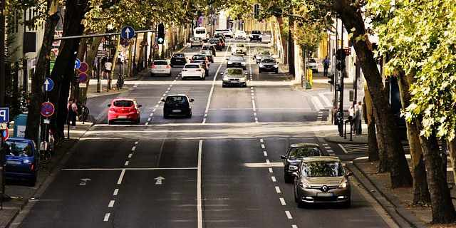 Tráfico y coches circulando.