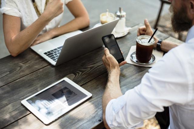Trabajar y tomar café con el móvil