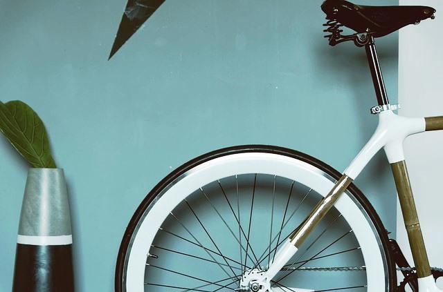 Bicicleta guardada en un piso.