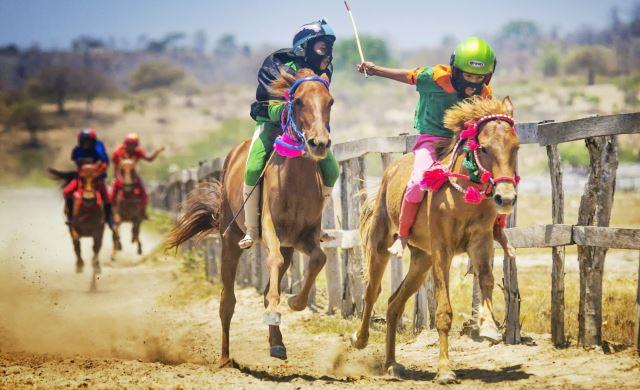 Los niños jockeys de Sumbawa corren con sólo seis años