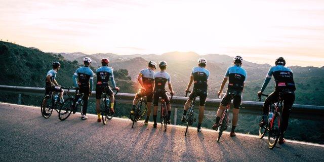 ciclistas con sus cascos junto a la carretera