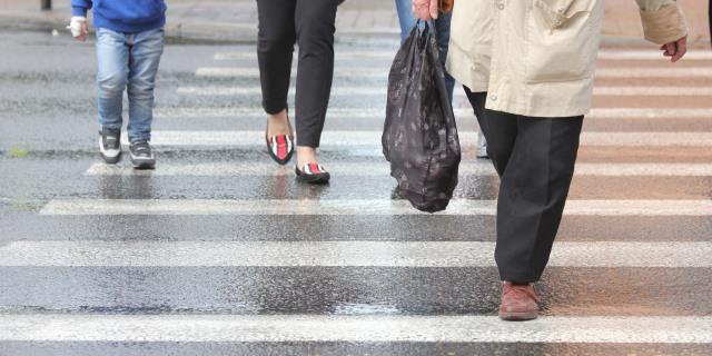 peatones cruzando paso de cebra