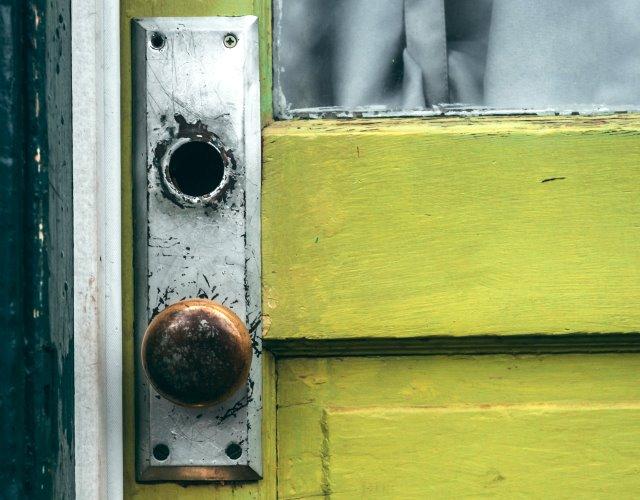 puerta forzada durante las vacaciones de verano por un robo en casa
