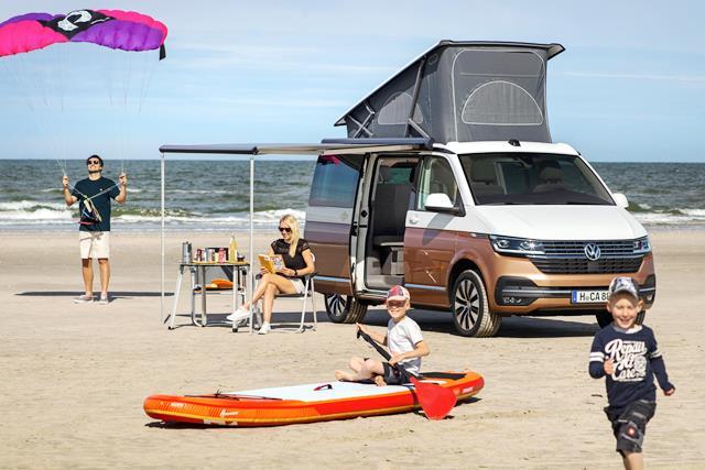 autocaravana vw california 6.1 en la playa con la familia