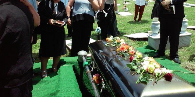 Uno de los enterramientos costeados por el seguro