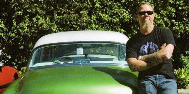 James Hetfield, líder de Metallica, con su colección de coches clásicos