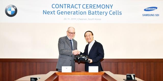 BMW y Samsung firmando el contrato de suministro de baterías eléctricas