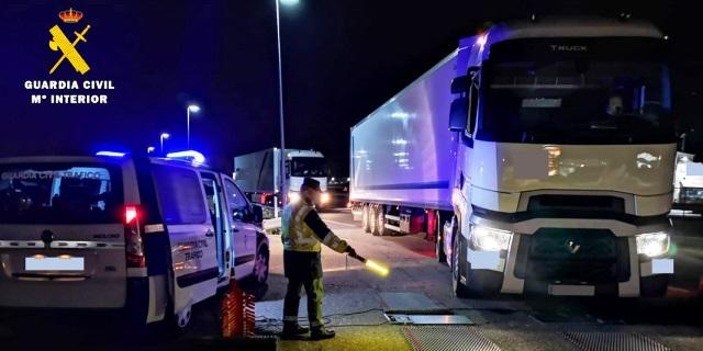 Plan de Inspección 2020: Agente Guardia Civil realizando inspección de camión