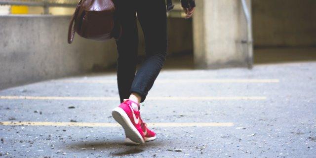 millennial caminando para ser feliz