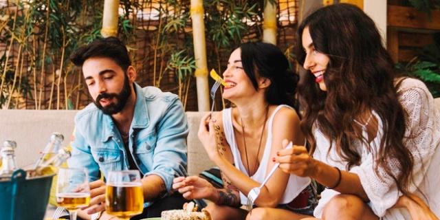 salir de fiesta y estar con gente es fundamental para muchos millennials