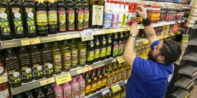 distintas marcas de aceite de oliva en el supermercado