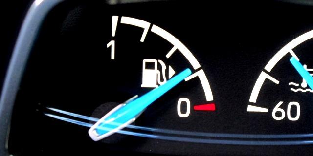 Por qué no debemos circular con el depósito de combustible en la reserva