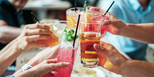 """Alimentos y bebidas que nos ayudan a aliviar los efectos de la """"resaca"""""""