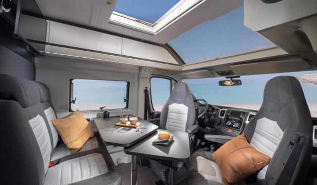 interior y salpicadero camper de Adria Mobil