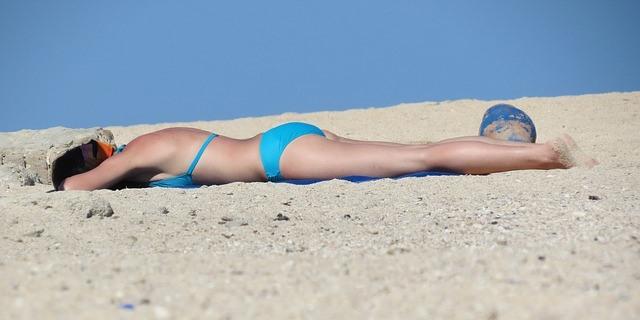 tomando el sol en bikini