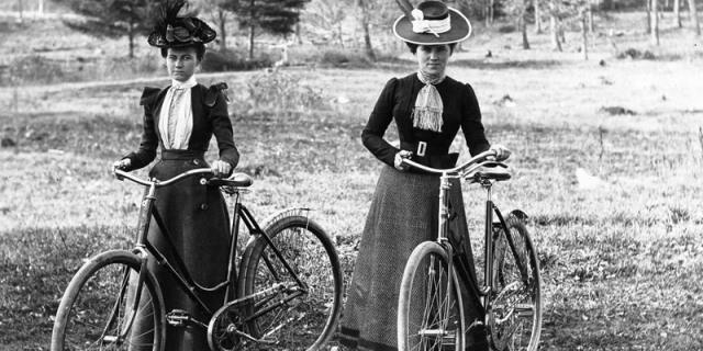 mujer monta en bicicleta en el siglo XIX