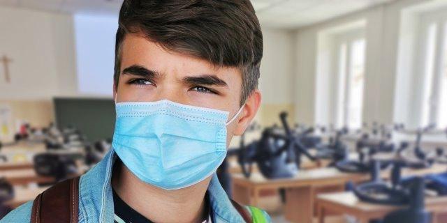 chico con maskné