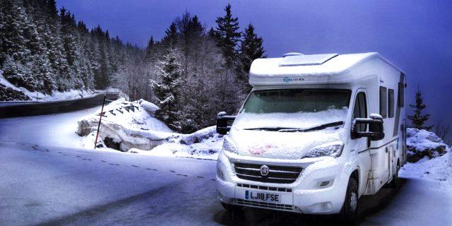 autocaravana en paisaje nevado
