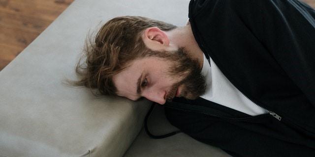 hombre triste por el aislamiento debido a la Covid-19