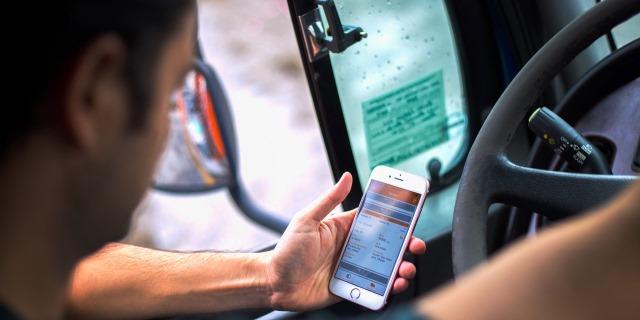 Usar el móvil conduciendo: sanciones más duras tras la reforma del carné por puntos