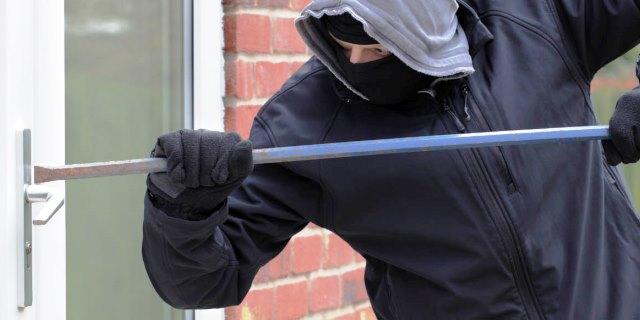 ladrón actuando en una de estas segundas residencias
