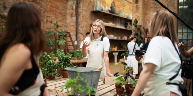 Vanesa Lorenzo en el taller del huerto urbano