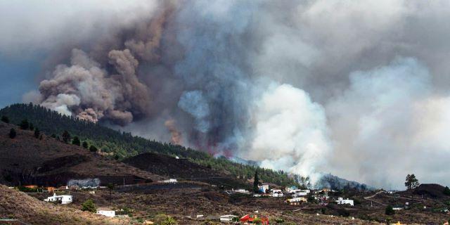 vapores tóxicos y ceniza de un volcán