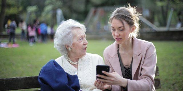 diciendo a mujer mayor que sería bueno que vaya a una residencia de la tercera edad
